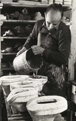 Začátky H. Schirmera přiodlevu figur – 1949 *  Die Anfänge von Hans Schirmer – hier beim Giessen der Figuren 1949